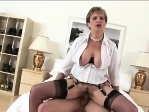 Lady Sonia gets a cumshot facial