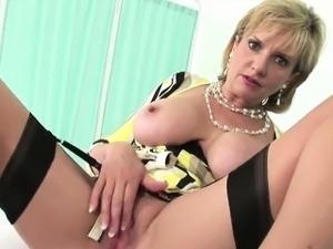 Adulterous uk milf lady sonia reveals her gigantic knockers