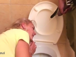 Mature mother piss and gets pissing on face