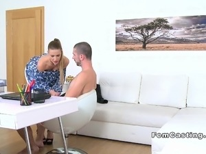 Dude without experience fucks female agent