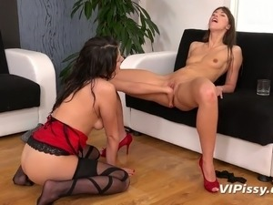 Pee fetish Susan Ayne gets her pussy finger fucked and pisses in the glass