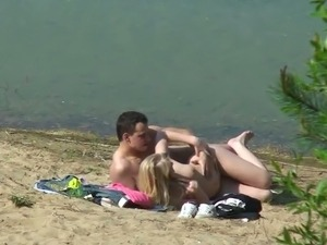 Amateur couple did not give a fuck and enjoyed outdoor sex on the beach
