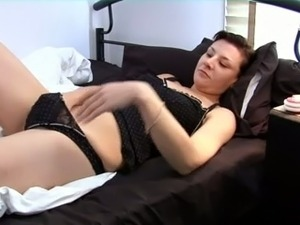 Nasty brunette chick fingers her pussy in homemade solo clip