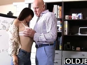 Asian Young Babe Fucked bald old man she sucks cum sex