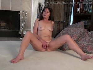 Old but still hot mother fucks her pussy