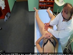 Amateur patient pussylicked by her doctor