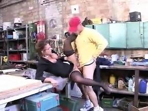 Mme Colette Choisez baise avec un des ouvriers de son mari