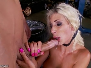Rough sex and facial with naughty blonde MILF in car service