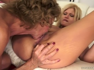Skinny granny pleases a beautiful blonde with cunnilingus