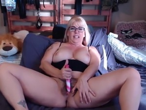 Horny MILF Joclyn bangs full hairy vagina to make u cum