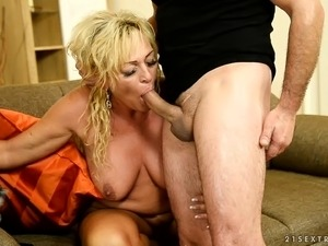 Chubby mature whore makes a booty call to get fucked