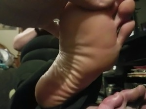 Sexy BBW redhead whore playing fortnite, hubby rubs her foot